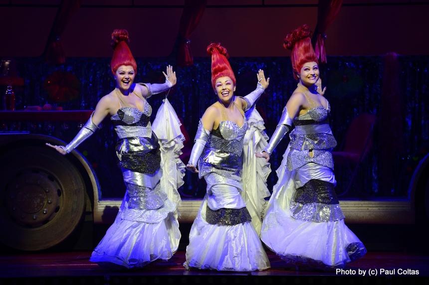 לורה, קטרין וליסה מרי, הזמרות במחזמר. צילום: פול קולטס