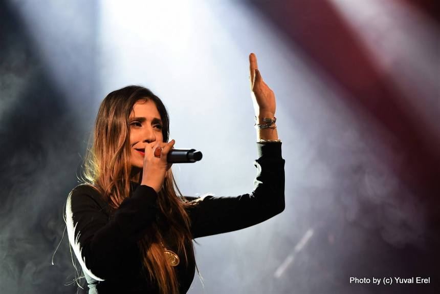 מאיה אברהם בקדמת הבמה. צילום: יובל אראל