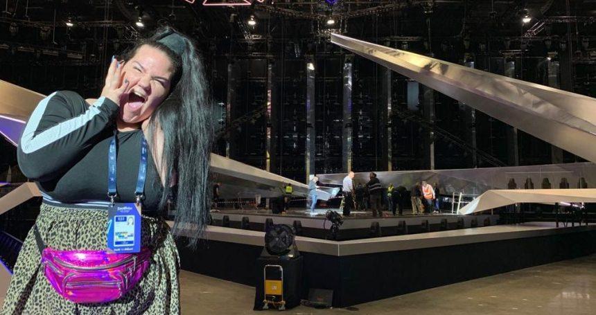 נטע ברזילי באולם האירוויזון בגני התערוכה. צילום באדיבות עופר מנחם תקשורת ויחסי ציבור